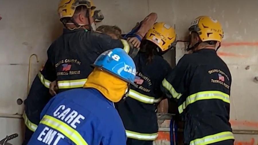 Pedidos de socorro de uma mulher nua presa entre dois prédios foram ouvidos por trabalhadores de uma empresa, que acionaram as autoridades - KTLA5