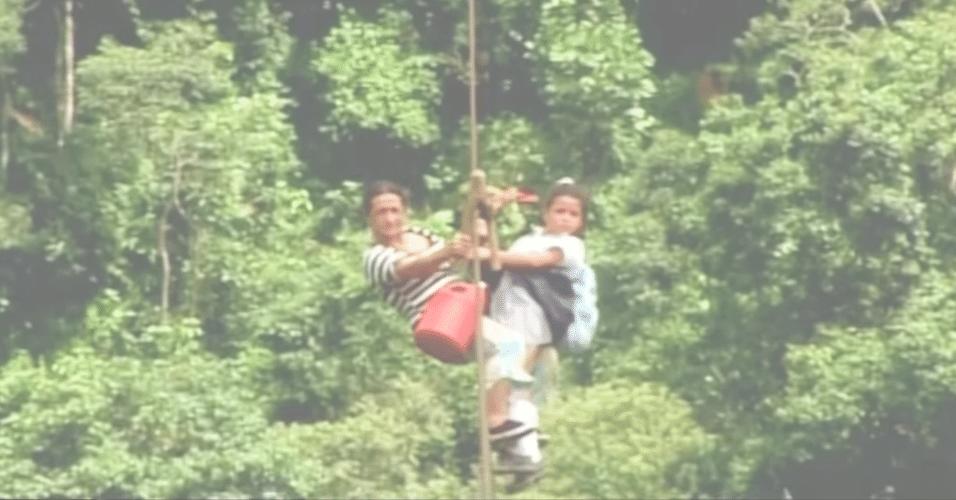 Colômbia - Crianças deslizam por um cabo de aço de 800 metros de comprimento e a 400 metros acima do rio Negro