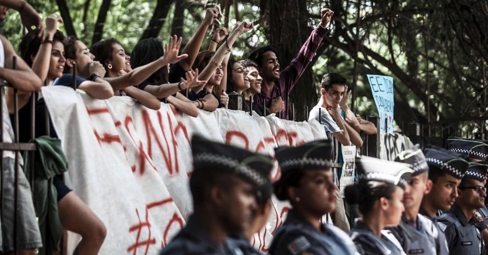 11.nov.2015 - Policiais militares cercam a escola estadual Fernão Dias, que está ocupada por alunos desde a manhã de terça-feira. Eles protestam contra a reorganização da rede estadual paulista