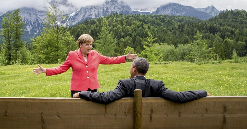 8.jun.2015 - Chanceler alemã Angela Merkel conversa com o presidente dos EUA, Barack Obama fora do castelo Elmau em Kruen perto de Garmisch-Partenkirchen, na Alemanha