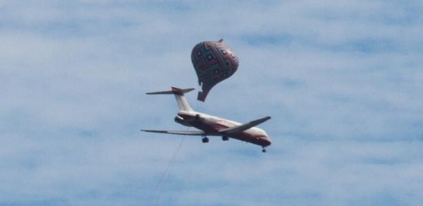 26.dez.2015 - Balão passa perto de avião no céu do bairro do Tucuruvi, na zona norte de São Paulo