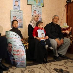 Família do jornalista palestina Mohammed al-Qiq, que está em greve de fome