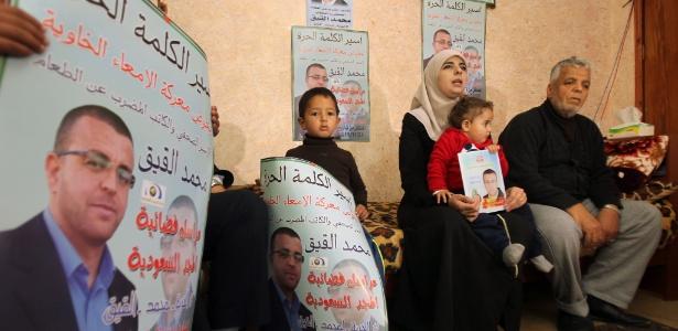 Família do jornalista palestino Mohammed al-Qiq, preso por Israel desde novembro e que está em greve de fome  - Hazem Bader/AFP