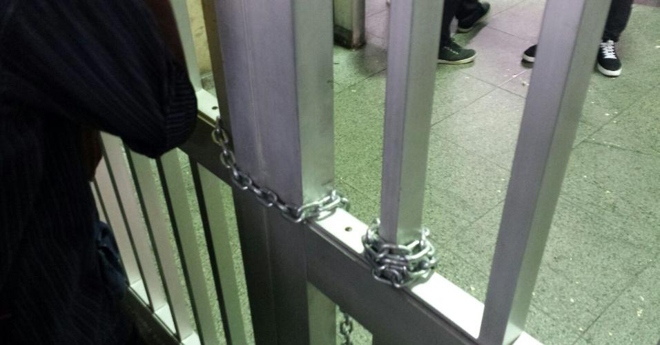 28.jan.2016 - Entrada da estação Anhangabaú, da linha 3-Vermelha do metrô, é fechada após sétimo ato contra o aumento da tarifa do transporte público em São Paulo. Manifestantes tentaram forçar a entrada. Policiais militares usaram gás de pimenta contra eles
