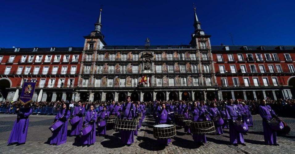 """27.mar.2016 ? Fiéis participam de """"tamborrada"""" na Plaza Mayor, em Madri, Espanha. O tradicional evento comemora a Páscoa"""