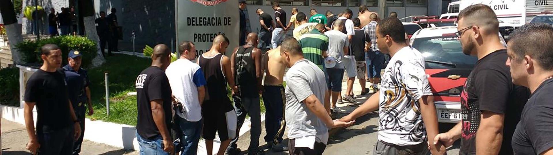3.abr.2016 - Pelo menos 25 torcedores foram detidos após confronto de torcidas do Palmeiras e do Corinthians, em Guarulhos (SP), antes da partida entre as equipes no Pacaembu pelo Campeonato Paulista. A polícia ainda apreendeu armas brancas, porretes e muitos fogos de artifício. Uma série de conflitos ocorreu na manhã deste domingo, horas antes do clássico; de acordo com a PM, o caso mais grave ocorreu na estação São Miguel Paulista da CPTM, onde um homem que não estava envolvido na confusão morreu baleado