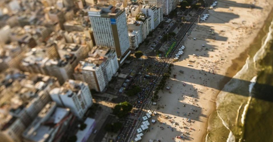 17.abr.2016 - Manifestantes favoráveis ao impeachment da presidente Dilma Rousseff reúnem-se na zona zul do Rio de Janeiro