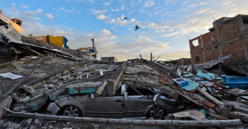 17.abr.2016 - Destruição em Manta, no Equador, após o terremoto de magnitude 7,8 que atingiu o país