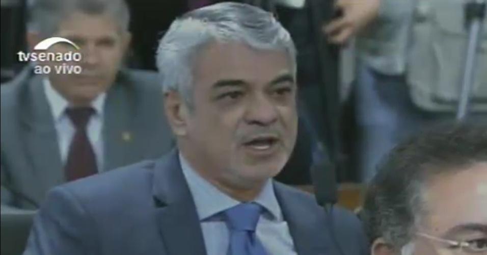 26.abr.2016 - O senador Humberto Costa (PT-PE) diz que relatoria da comissão especial que analisa o impeachment da presidente Dilma Rousseff não pode ser do PT nem do PSDB