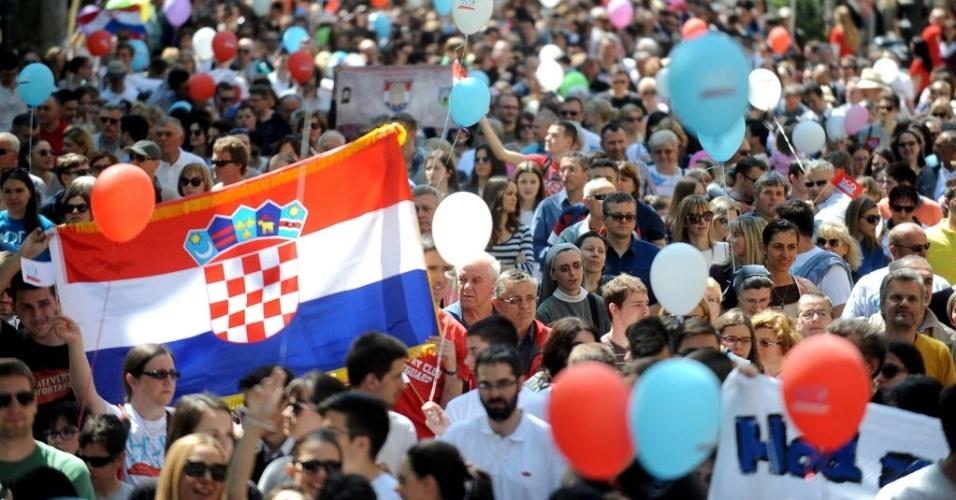 21.mai.2016 - Cerca de 3.000 croatas foram às ruas da capital, Zagreb, neste sábado, em manifestação contra o direito ao aborto. Organizada por grupos conservadores e católicos, foi a primeira manifestação desse tipo na cidade