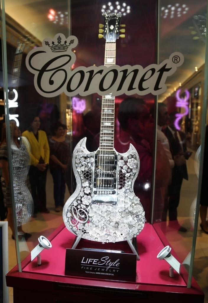 """23.mai.2016 - A marca de guitarras Coronet exibe um modelo decorado com mais de 400 quilates de diamantes fixados em cerca de 1,6 quilos de ouro. A peça tem um valor estimado de US$ 2 milhões e está no livro dos recordes como """"A guitarra mais valiosa do mundo"""""""