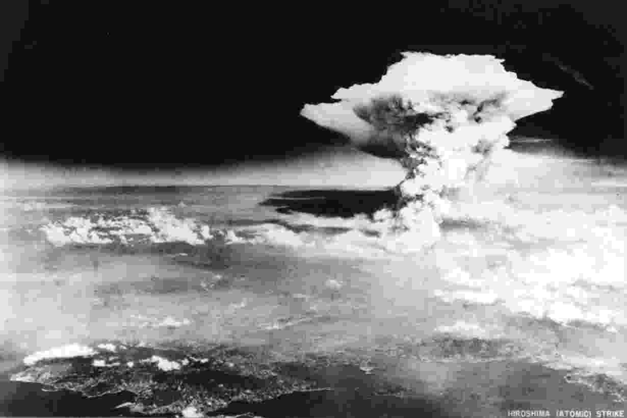 25.abr.2016 - Ondas de radiação cobriram a paisagem após a explosão da primeira bomba atômica em Hiroshima, Japão. Em 6 de agosto de 1945 a bomba Little Boy foi lançada na cidade causando a morte de mais de 140 mil pessoas. Dois dias depois, no dia 8, uma bomba ainda mais poderosa, chamada Fat Boy (?menino gordo?, também em tradução livre), foi lançada sobre a cidade de Nagasaki. Em 15 de agosto de 1945 o Japão se rendeu. A imagem registrada pelo Exército dos EUA em 6 de agosto de 1945 foi divulgada pelo Museu Memorial da Paz de Hiroshima - U.S. Army/Hiroshima Peace Memorial Museum/Reuters