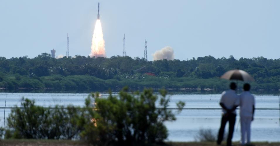 22.jun.2016 - Casal observa o lançamento de foguete da cidade de Sriharikota, localizada no sul da Índia. O veículo espacial levará o satélite CARTOSAT-2, da Organização Indiana de Pesquisa Espacial, juntamente com outros 20 satélites de países como Estados Unidos, Canadá, Alemanha e Indonésia. O lançamento de 20 satélites em um só foguete representa um número recorde para a Índia