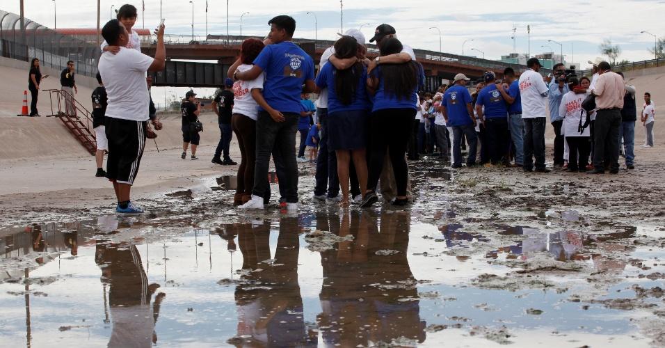 """10.ago.2016 ? Mexicanos residentes dos Estados Unidos se reencontram com suas famílias no rio Bravo, na cidade de Juárez, fronteira entre os dois países. Cerca de 600 pessoas estavam no encontro e algumas famílias não se viam há décadas devido às barreiras migratórias. O evento foi nomeado de """"Abraços, não muros"""". Os familiares eram separados em grupos, atravessavam a grade entre os países e tinha cerca de três minutos com o imigrante"""