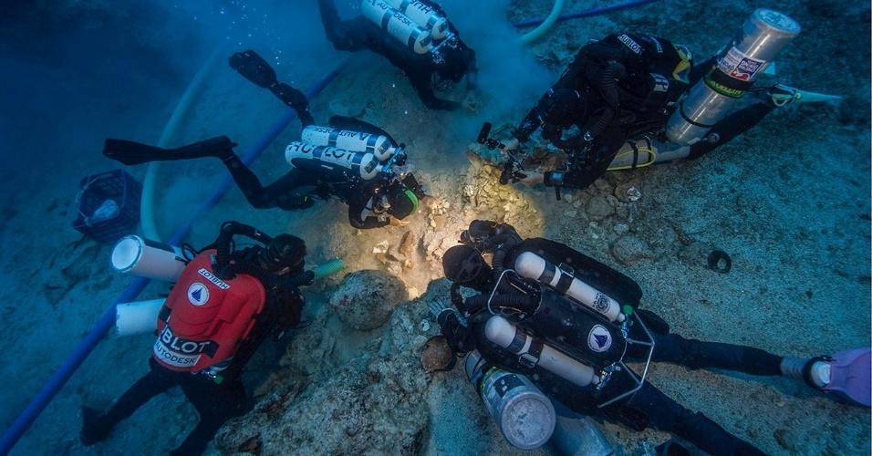 ESQUELETO ACHADO EM FAMOSO NAUFRÁGIO - Restos humanos bem preservados de 2.000 anos atrás foram achados no famoso naufrágio de um barco, perto de uma ilha grega, que carregava o