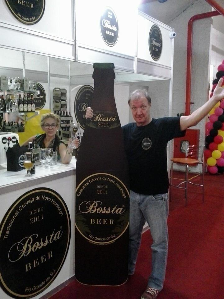 O casal  Jaci, 58, e Henk van Enck, 64, donos da cervejaria Bossta criada em Novo Hamburgo (RS)