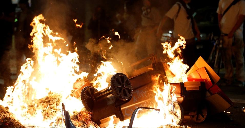 9.nov.2016 - Manifestantes contrários a Trump queimam objetos em Oakland na noite de quarta-feira (9), em protesto à eleição de Trump