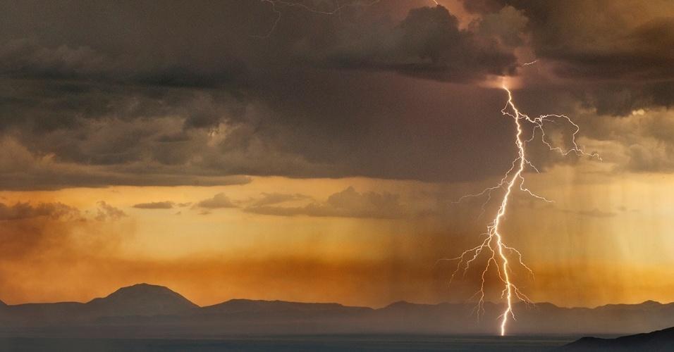Uma tempestade de raios em Elephant Butte, no Novo México, EUA. O Novo México faz parte de uma grande faixa de terra no centro dos EUA conhecida como