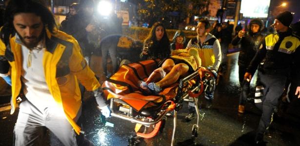 1.jan.2017 - Mulher ferida é levada em ambulância após ataque em boate em Istambul