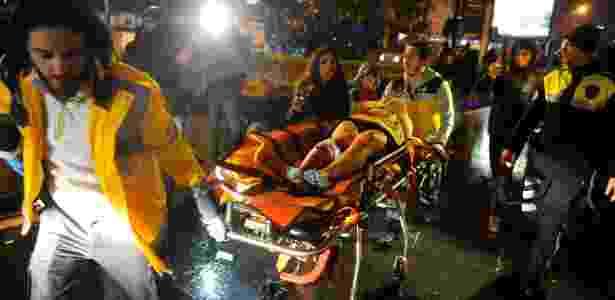 Mulher ferida é levada em ambulância após ataque  - Murat Ergin/Ihlas News Agency/Reuters