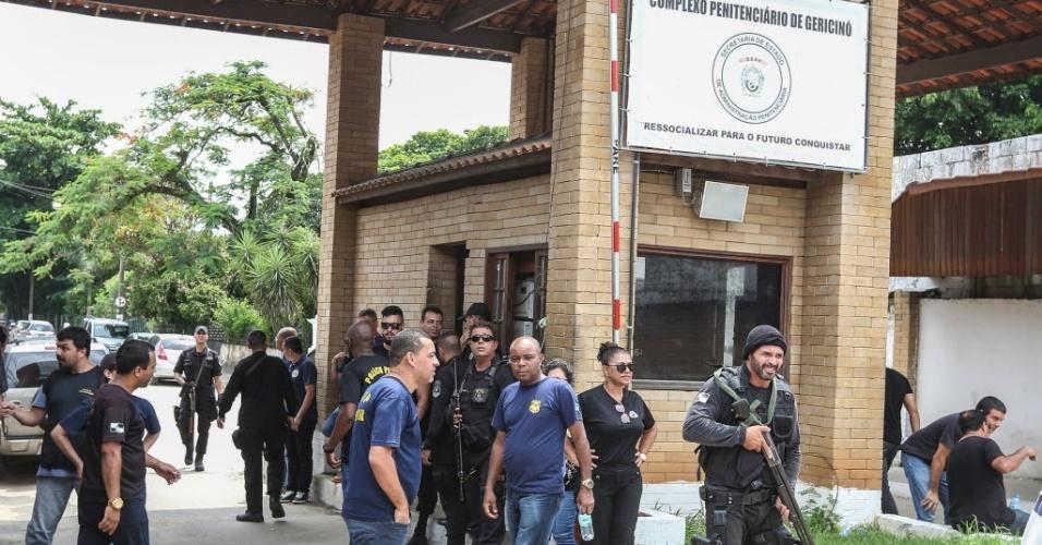 Acesso à penitenciária de Bangu. Familiares de detentos com senhas não conseguiram entrar na penitenciária. Ao meio-dia foram encerradas as visitas. Segundo os familiares de detentos, apenas 280 pessoas conseguiram acesso.