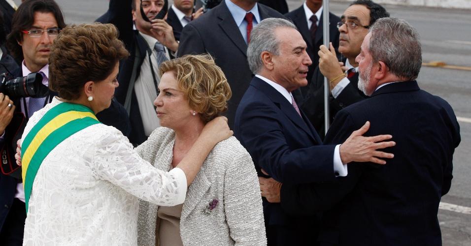 01.jan.2011 -  A presidente Dilma Rousseff cumprimenta a ex-primeira-dama Marisa LetÌcia enquanto Michel Temer cumprimenta o ex-presidente Luiz In·cio Lula da Silva durante a posse de Dilma Rousseff como presidente do Brasil