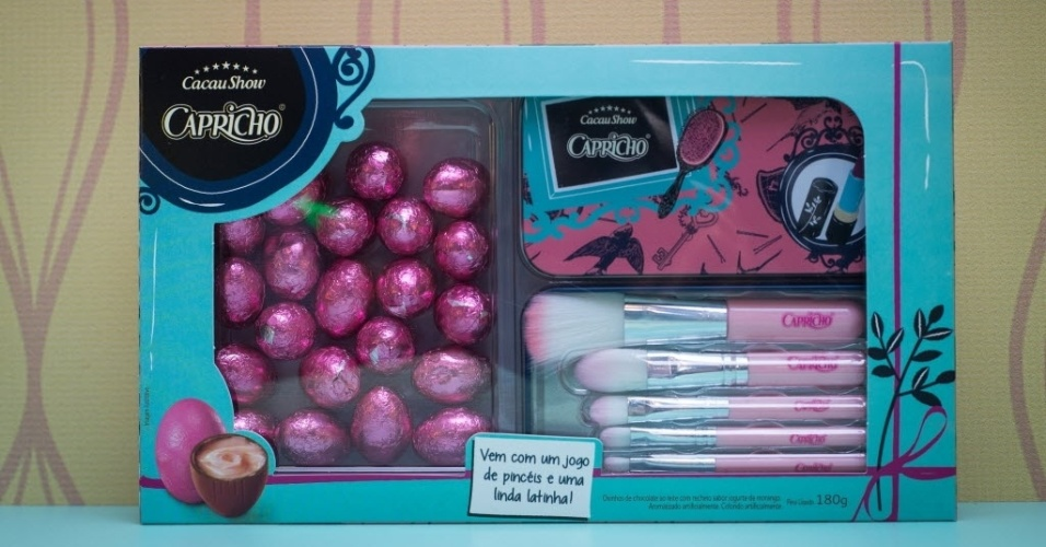 A Cacau Show traz este ano a caixa Make Capricho, com ovinhos de chocolate ao leite com recheio sabor iogurte de morango e um jogo de pincéis de maquiagem. O preço sugerido é de R$ 39,90