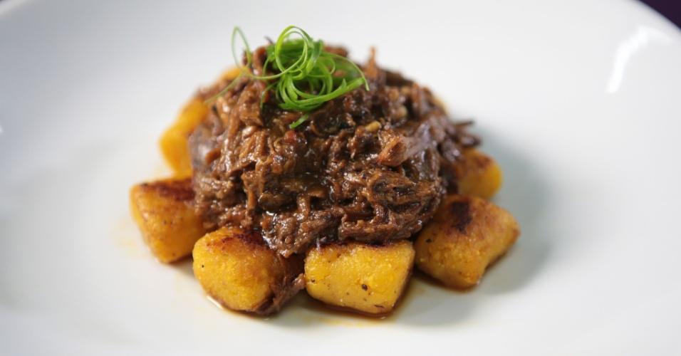 Nhoque de banana-da-terra com ragu de costela é opção de prato principal de Leo Young no Lush Motel, em São Paulo; pratos estão disponíveis 24h para quem alugar uma suíte