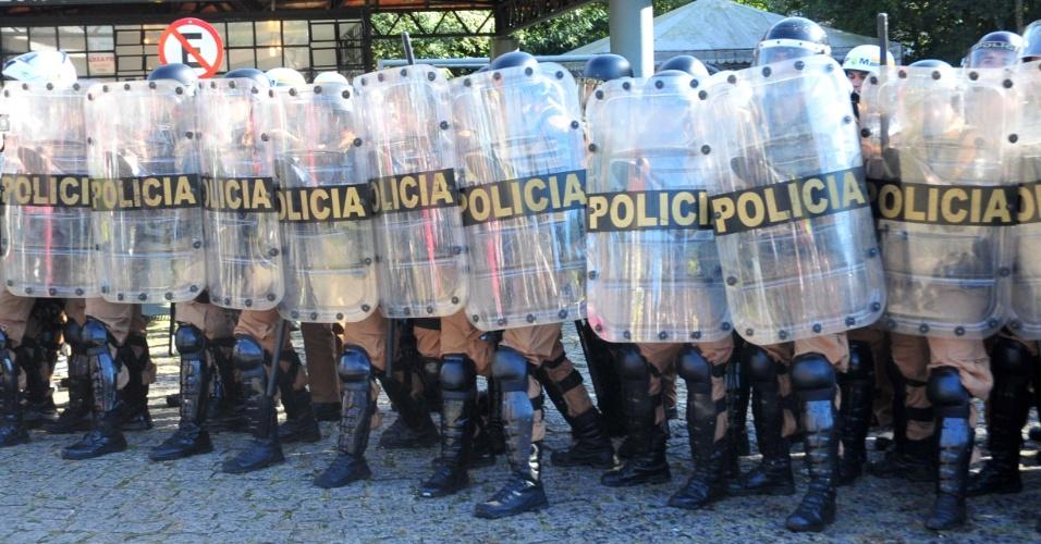 """26.jun.2017 - Servidores municipais em greve fazem protesto na Pedreira Paulo Leminski, em Curitiba (PR), na manhã desta segunda. O local está cercado por policiais militares para impedir a invasão dos servidores durante a sessão plenária dos vereadores, onde será votado o pacote de ajuste fiscal proposto pelo prefeito de Curitiba, Rafael Greca (PMN), chamado pelos servidores de """"Pacotaço do Greca"""""""