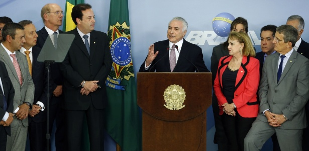 Perondi (de terno cinza e gravata azul, à direita) estava ao lado de Temer em pronunciamento - Dida Sampaio/Estadão Conteúdo