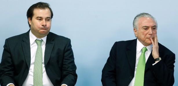 Rodrigo Maia (e) e Michel Temer jantarão juntos nesta terça-feira (18)