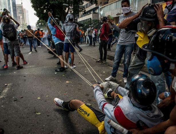 """Manifestantes se preparam para disparar """"bombas"""" com fezes ou tinta contra a polícia em Caracas, na Venezuela"""