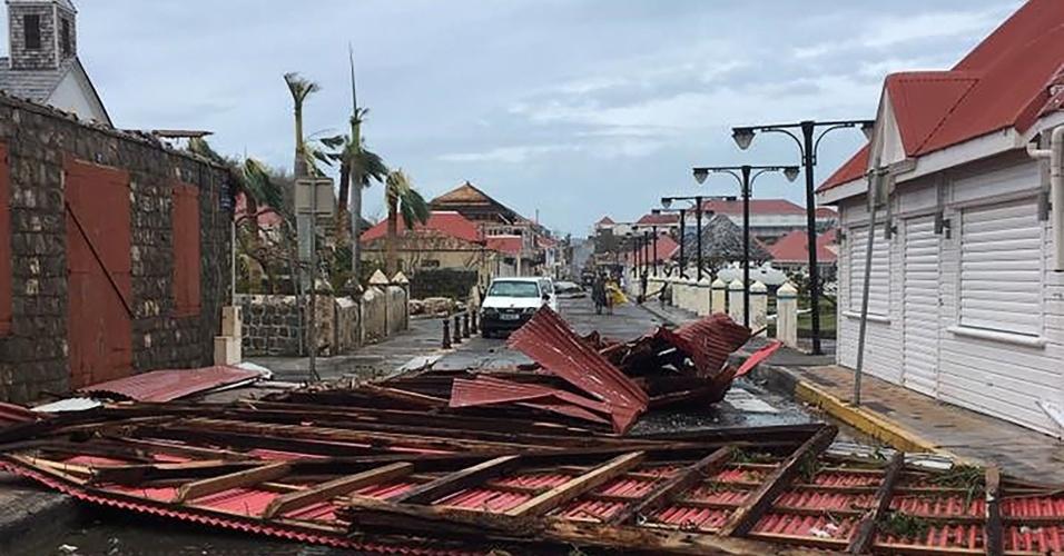 7.set.2017 - Destroços em uma rua da cidade de Gustávia, capital da Coletividade de São Bartolomeu (território pertencente à França), no Caribe, após a passagem do furacão Irma