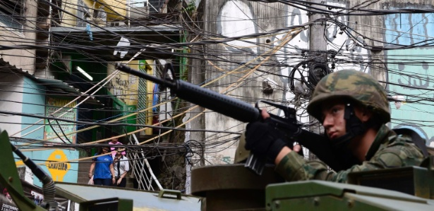 Militar atua na Rocinha; tropas deixaram a favela esta sexta-feira (29)