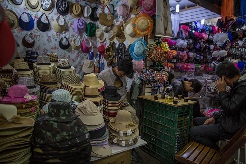 28.nov.2017 - Depois que o comércio das ruas cresceu, shoppings e galerias foram construídos. Eles também atendem o público da madrugada, horário de maior movimento