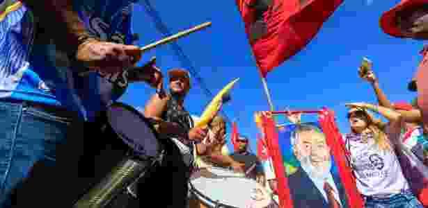 Militantes pró-Lula reunidos no entorno da PF em Curitiba, em foto de abril - Theo Marques - 11.abr.2018/Framephoto/Estadão Conteúdo