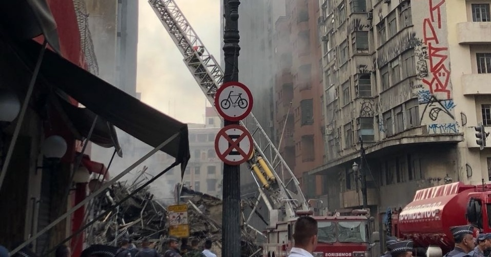 1º.mai.2018 - Durante o incêndio, um segundo prédio, do outro lado da rua, acabou atingido pelas chamas durante o desabamento