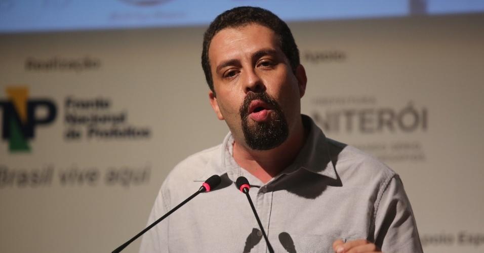 8.mai.2018 - O pré-candidato do PSOL à Presidência da República, Guilherme Boulos, coordenador nacional do MTST (Movimento dos Trabalhadores Sem-Teto), discursa durante evento com prefeitos, em Niterói (RJ)