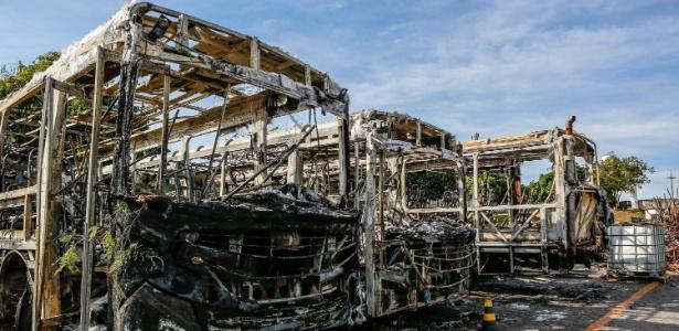 7.jun.2018 - Carcaças de ônibus incendiados na garagem da empresa Autotrans, em MG