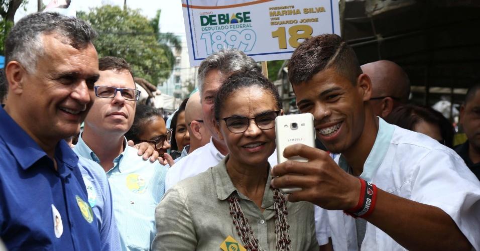 15.set.2018 - Marina Silva (Rede) tira selfie com apoiador durante caminhada pela Feira do Bairro Jardim da Penha, em Vitória.