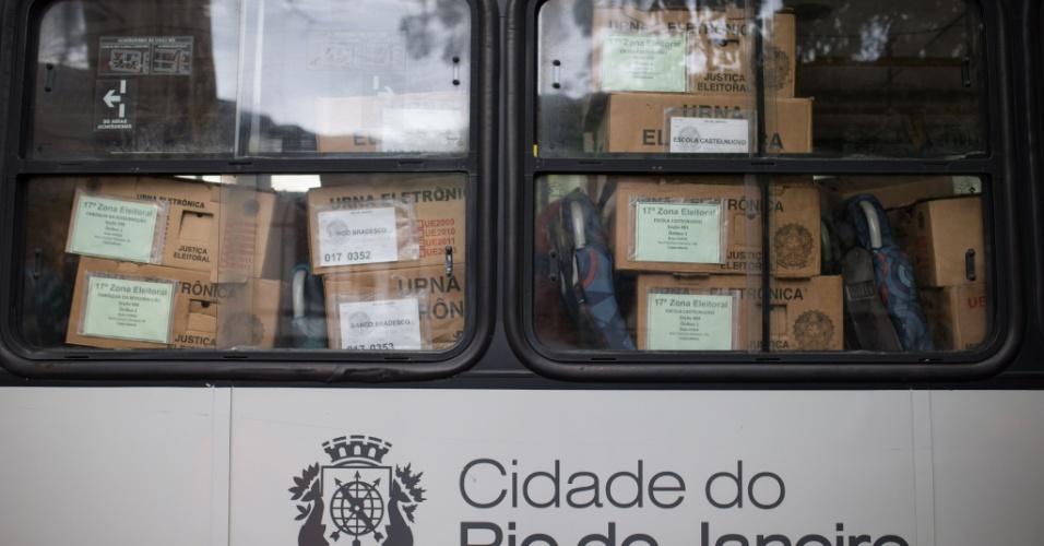 27.out.2018 - Urnas são transportadas até escolas no Rio de Janeiro