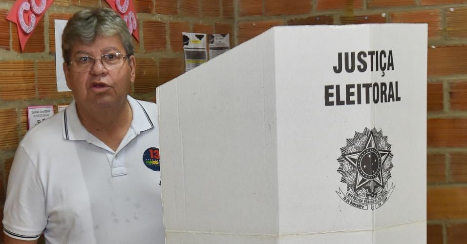 28.out.2018 -  João Azevedo (PSB) , governador eleito da Paraíba, vota no Colégio Primeiro Mundo, em João Pessoa