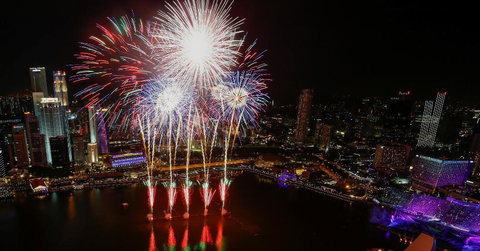 31.dez.2018 - Ano-Novo é celebrado com fogos de artifício em Singapura