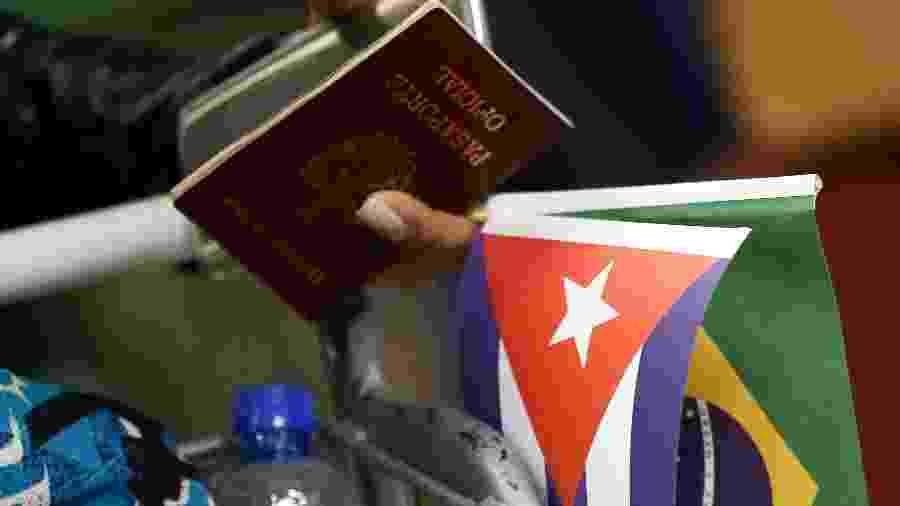 22.nov.2018 - Médicos cubanos regressam para o país após cancelamento de convênio - Pedro Ladeira/Folhapress