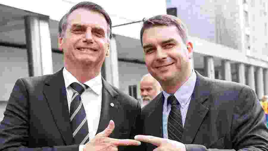 O presidente Jair Bolsonaro e seu filho Flávio (à dir). Foi de Flávio o pedido para suspender investigações - André Melo/Futura Press