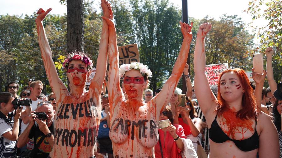 Ativistas tiram a roupa em protesto contra destruição da Amazônia - Zakaria Abdelkafi/AFP