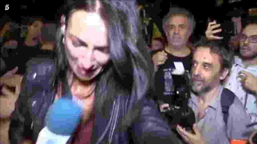 A repórter Laila Jiménez foi empurrada e insultada enquanto cobria manifestação em Barcelona - Reprodução/Telecinco