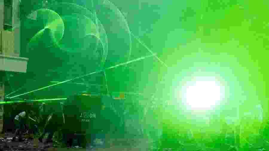 Lasers têm sido usados por manifestantes para combater repressão policial no Chile - Ivan Alvarado/Reuters
