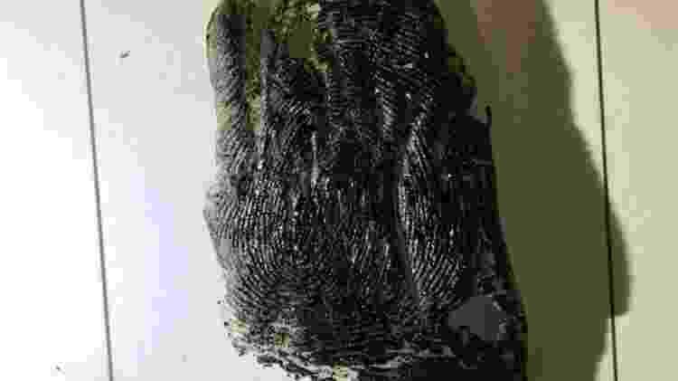Pele extraída do polegar direito do cadáver - Sindpep/Divulgação