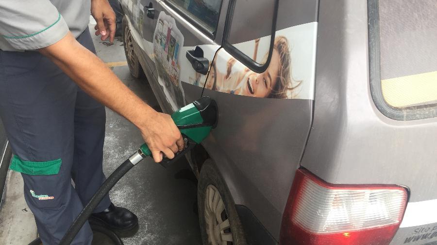 Frentista abastece veículo com etanol em posto de combustíveis em Cuiabá (MT) - MARCELO TEIXEIRA